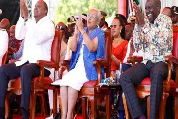President Uhuru Kenyatta (L) and his deputy William Ruto (R) wore Kenyan-made outfits on Sunday