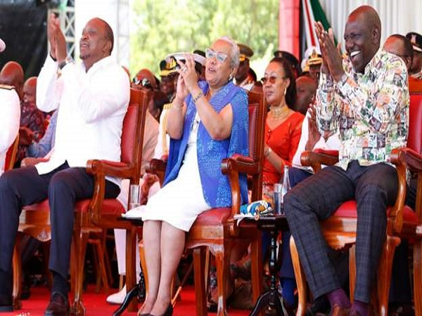 President Uhuru Kenyatta (L) and his deputy William Ruto (R) wore Kenyan-made outfits on Sunday